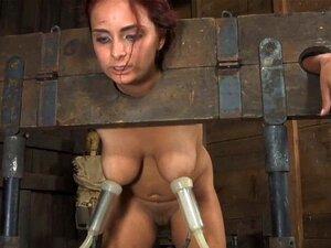 Sub Amelia Dire wird in suspendierter Bondage von Arsch zu Mund gefoltert