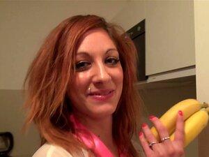 Moe Yazawas behaarte japanische Muschi wird mit Banane und zwei Schwänzen gefickt