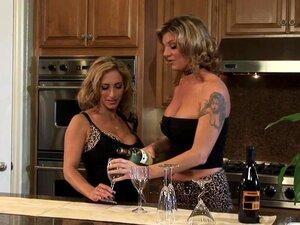 Lesbischer Dreier in der Küche mit Teens in Dessous
