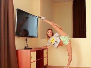 Die flexible Russin Anna Nebaskowa entblößt ihren flexiblen Körper