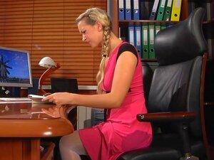 Perverser Boss fickt seine wunderschöne russische Assistentin Carolina June im Büro