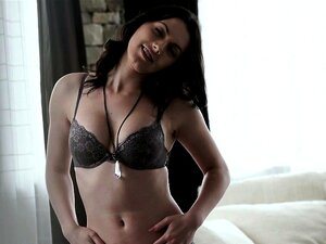 Alyssa Cole Zieht Ihre Heißesten Dessous An Und Fickt Ihren Freund Auf Einer Couch