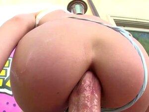 Die prächtige Roxy Raye bekommt ihren Arsch von einem Dildo und einem großen Schwanz ausgebeutet