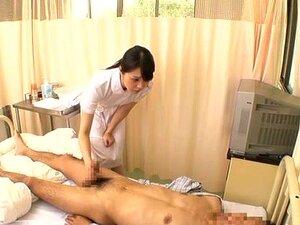 Die kleine Krankenschwester Mika Kojima macht kranke Patienten hart, indem sie einen Handjob gibt