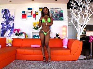 Ebony Sarah Banks Orgasmen auf fettem weißen Schwanz