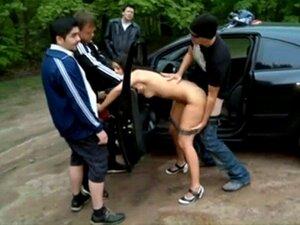 Nackt auf dem parkplatz