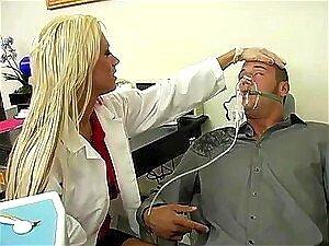 Die vollbusige russische Zahnärztin Candy Alexa dominiert ihre Patientin