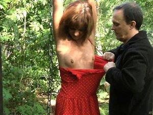 Outdoor gefesselt nackt Devotes Luder