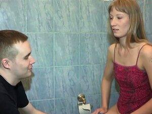 Dude überrascht seine russische Freundin mit Analdreier mit seiner besten Freundin