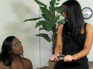 Schwarzes Mädchen leckt weißen Arsch