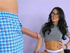 Megan Rain nimmt Stiefbruders großen Schwanz in den Arsch, um den Webcam-Job geheim zu halten