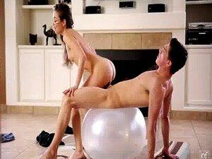Hayden Hennessy übt Yoga, bevor er einen Schwanz bekommt