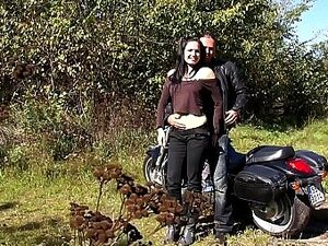 Heiße nackte Küken tun Sex auf Motorrad Bilder