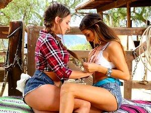 Zwei Mädchen lecken sich gegenseitig