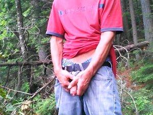 Pissen und liebäugelt im Wald mit magerem Japaner
