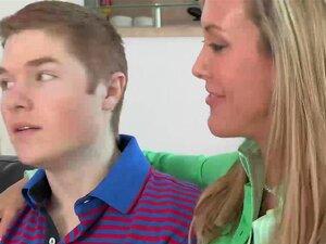 Hausfrau Tucker Stevens lässt sich von einem Jungen ficken, anstatt Abwasch zu machen
