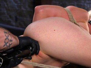 Juliette March hängt in suspendierter Bondage, um hart in den Arsch gefickt zu werden