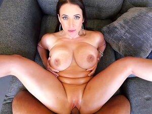 Angela White ölt ihren üppigen Körper und fickt draußen auf einem großen Schwanz