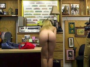 Die vollbusige Carrie Brooks wird für die Hausreinigung mit einem Schwanz belohnt