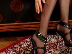 Die heiße, exotische Wucht Karter Foxx zeigt ihre Füße in der Hardcore-Szene