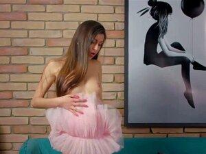 Die schöne Fedorkino Gore zeigt ihre jungfräuliche Fotze in Nahaufnahme