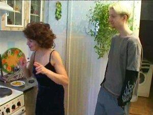Russische Hausfrau Kristall Rush macht sich in der Küche ein
