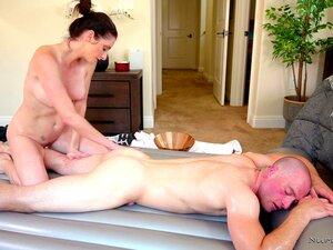 Eingeölte Puma Silvia Saige gibt Nuru-Massage und fickt einen heißen Kerl