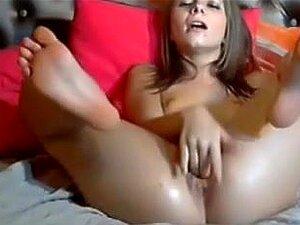 Mädchen masturbiert verrückten Orgasmus
