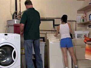 Hardcore-Quickie in der Waschküche mit der reifen Stiefmutter Alexis Fawx