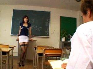 Lehrer Sklavin Yayoi bekommt ihre behaarte Jap Pussy Gang von Schülern gefickt