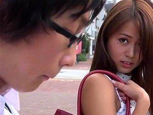 Jap-College-Mädchen Yayoi Yoshino wird von Fremden in der U-Bahn mit dem Finger gefickt