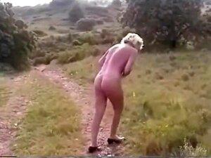 Frau nackt auf Muskelauto