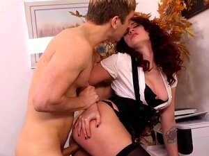 Bosslady Nina Elle zerrt einen Angestellten über die Kohlen und fickt seinen Schwanz