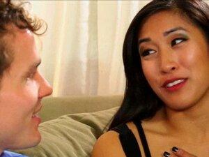 Die asiatische Masseurin Mia Li bietet ihrem Kunden einen Blowjob und einen Pussy-Fick