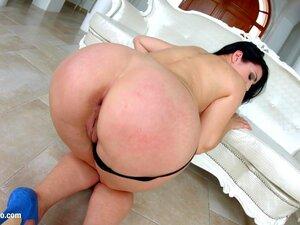 Die spanische Göttin Pamela Sanchez mit dem großen Arsch lässt sich doppelt penetrieren