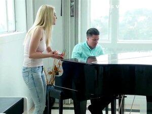 Pianist Babe Rimu Endo wird beim Spielen doggyfucked
