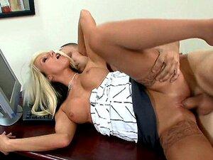 Die vollbusige Chefin Brooke Beretta wird ausgetrickst, um Angestellte im Büro zu ficken