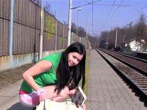 Mädchen masturbiert öffentlichen Zug