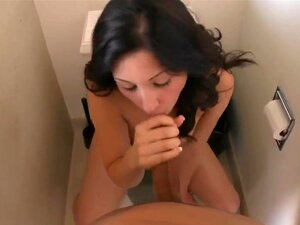 Zwei Mädchen Blowjob Toilette