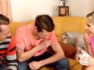 Bisexueller Ehemann saugt Schwanz