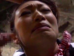 Die asiatische Wucht Reiko Kobayakawa wäscht einen Typen und reibt sich an seinem Schwanz