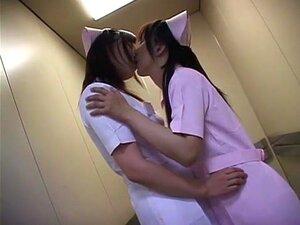 Lesbische Krankenschwester fingert den Patienten