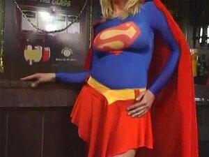 Supergirl nackt gefangen