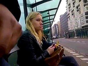 Mann wichst im bus