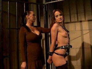 Nackt im kerker frauen Nackte Sklavin