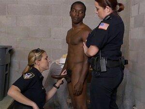 Schwarzer Kerl fickt Polizisten, nachdem er in einem Bordell erwischt wurde