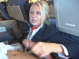 Schöne Stewardess Sofi Goldfinger fickt Piloten nach einem Flug