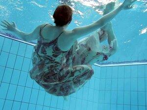 Zwei freche Küken Sima, Lera lieben es, nackt in einem Pool zu schwimmen